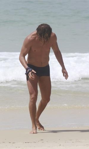 """14.jan.2013 - O ator José Loreto mergulha na praia da Barra, na zona oeste do Rio. Depois de viver o Darkson em """"Avenida Brasil"""", Loreto voltará à TV em """"Flor do Caribe"""", próxima novela das seis da Globo"""