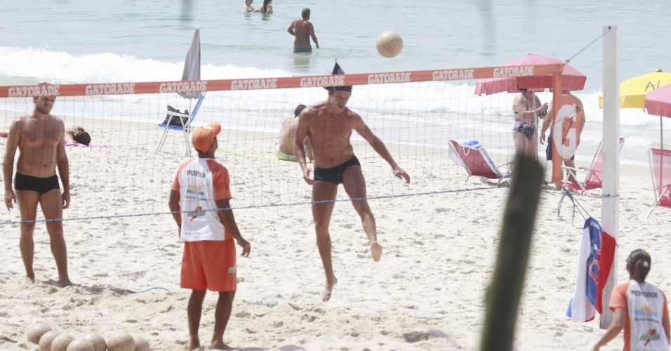 """14.jan.2013 - O ator José Loreto, que viveu o Darkson em """"Avenida Brasil"""", joga futevôlei na praia da Barra, na zona oeste do Rio"""