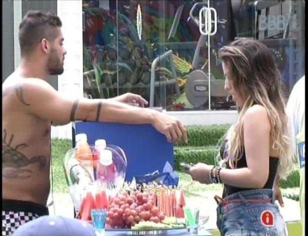 14.jan.2013 - Yuri e Anamara foram os escolhidos para realizarem as compras da semana no supermercado montado no jardim da casa