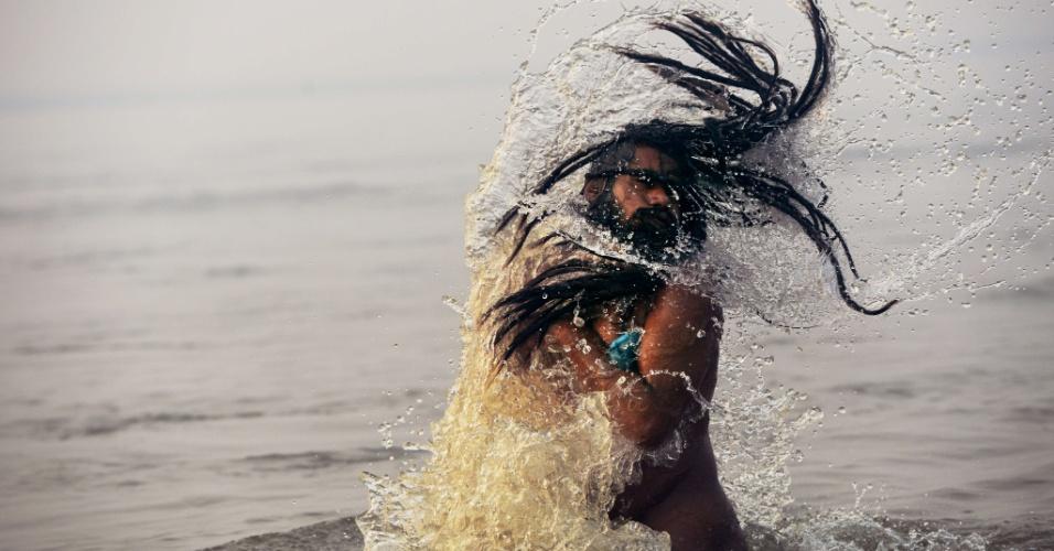 14.jan.2013- Homem se banha no rio Ganges, durante o festival religioso Kumbh Mela, em Allahabad, no norte da Índia, um dos maiores do mundo. O festival tem sua origem na mitologia hindu, segundo a qual algumas gotas de néctar da imortalidade caíram nas quatro cidades que acolhem a festa: Allahabad,Nasik, Ujjain e Haridwar