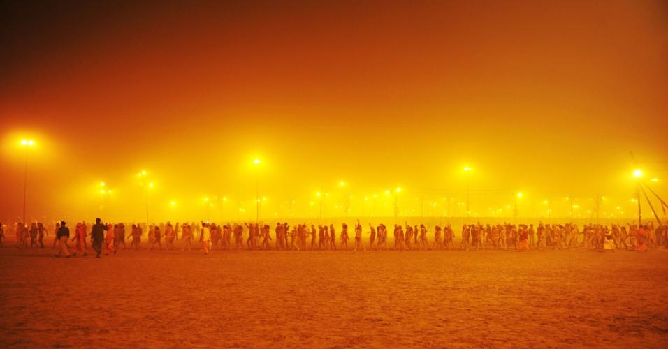 14.jan.2013- Homens caminham na direção do rio Ganges para o primeiro 'Shahi Snan' (grande banho), durante o festival religioso Kumbh Mela, em Allahabad, no norte da Índia. O festival é um dos maiores do mundo
