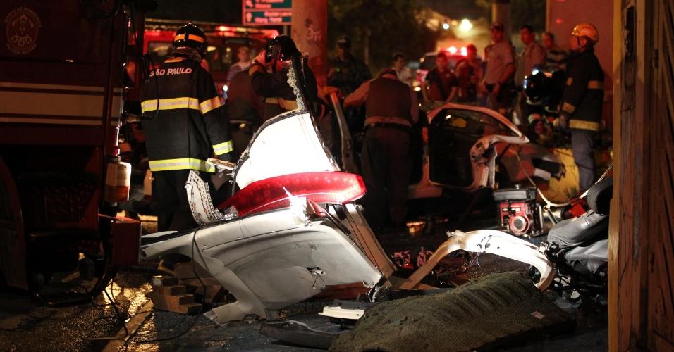 14.jan.2013- Um policial morreu e outros dois ficaram feridos após o veículo em que estavam colidir contra um poste na avenida Salim Farah Maluf, em São Paulo, na madrugada. O acidente aconteceu durante uma perseguição a outro veículo, que havia furado um bloqueio policial