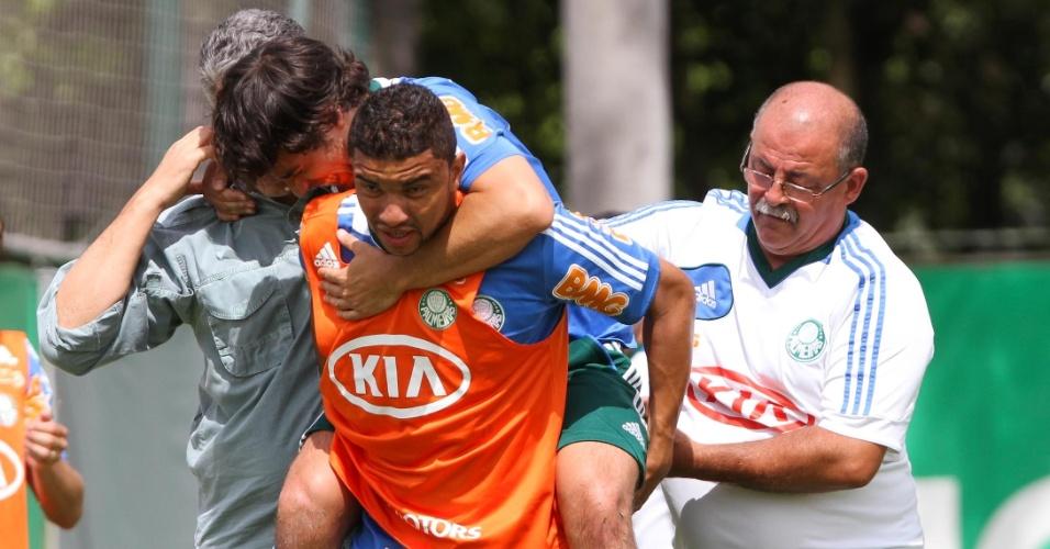 14.jan.2013- Valdivia deixa treino do Palmeiras carregado por Mauricio Ramos após choque com Henrique