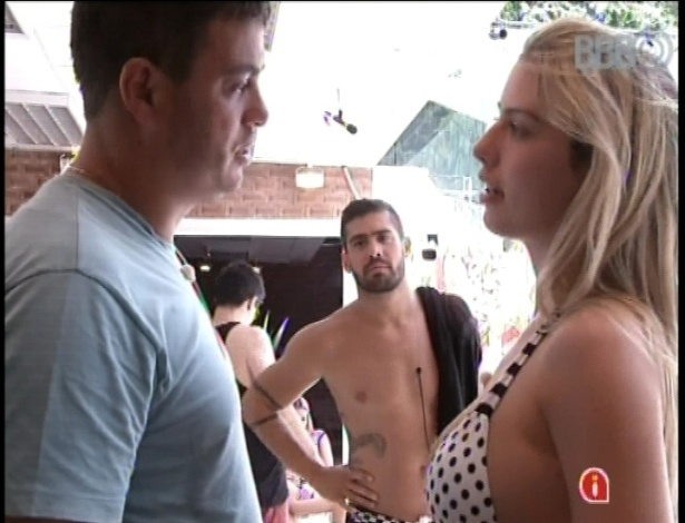 14.jan.2013 -Yuri observa Dhomini e Fernanda, que discutiram sobre o papel da sister dentro do jogo
