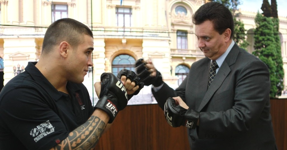 28.dez.2012 - Gilberto Kassab, ex-prefeito de São Paulo, brinca com o lutador Daniel Sarafian em evento do UFC SP
