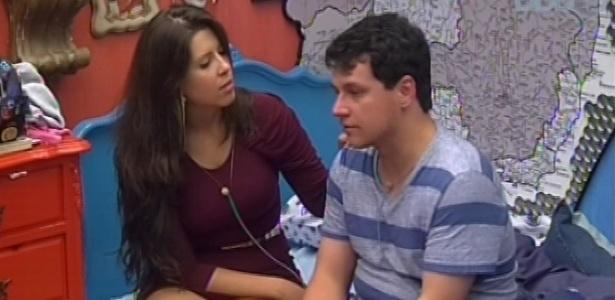 14.jan.2013 - Andressa consola Ivan, indicado pela casa ao primeiro Paredão do