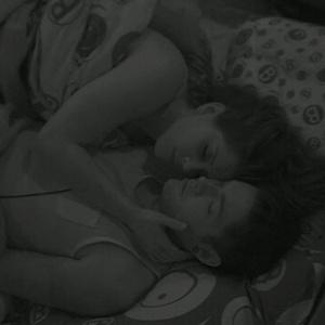 Andressa e Nasser trocam carícias no quarto brechó