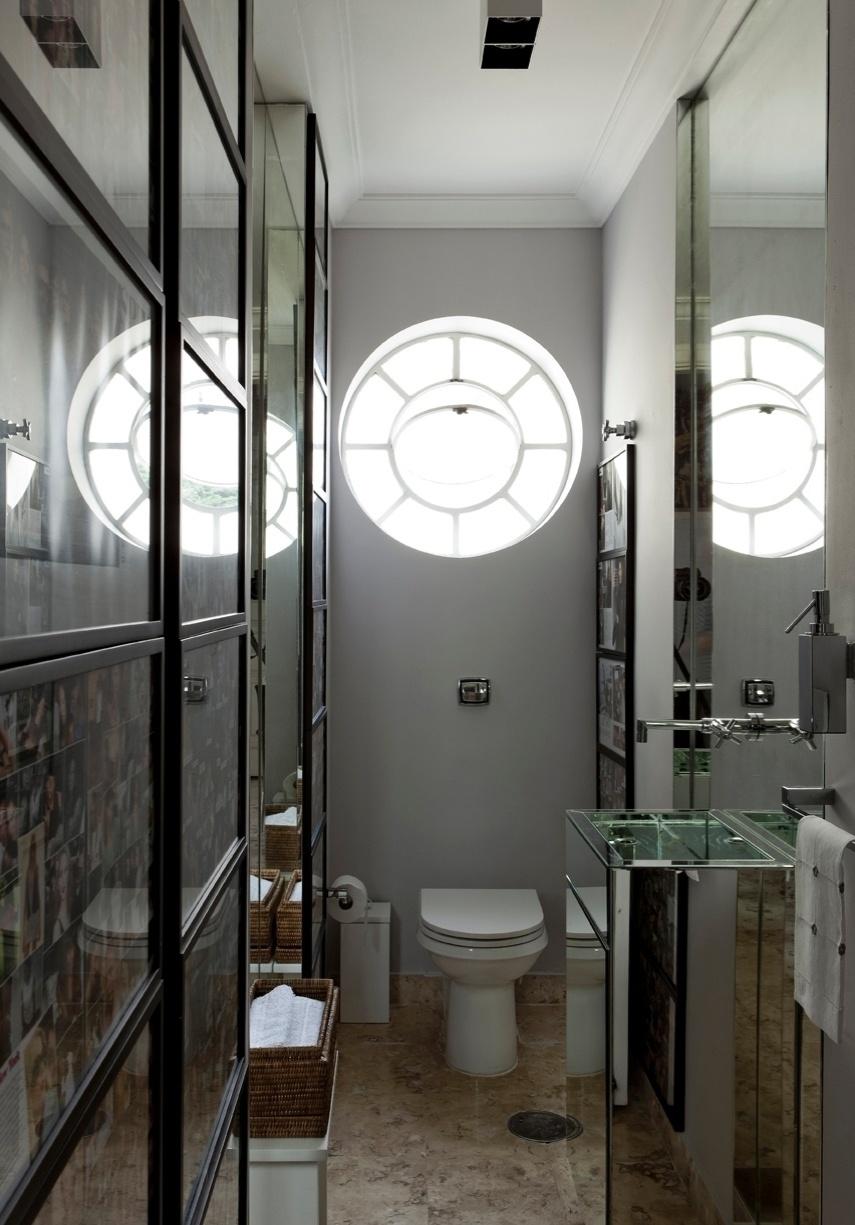 Detalhe do lavabo do apartamento do stylist Matheus Mazzafera, decorado pelo arquiteto Diego Revollo. O espaço ganhou generosos espelhos que ampliam suas dimensões, além de