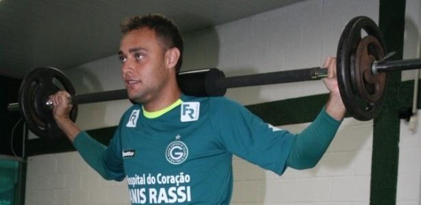Goleiro Renan realiza um trabalho físico na sala de musculação do Goiás