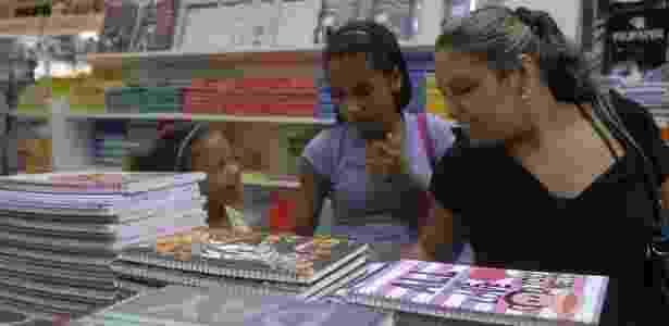 Mãe escolhe, em uma papelaria do Rio de Janeiro, o material escolar das filhas - Tânia Rêgo/ABr  - Tânia Rêgo/ABr