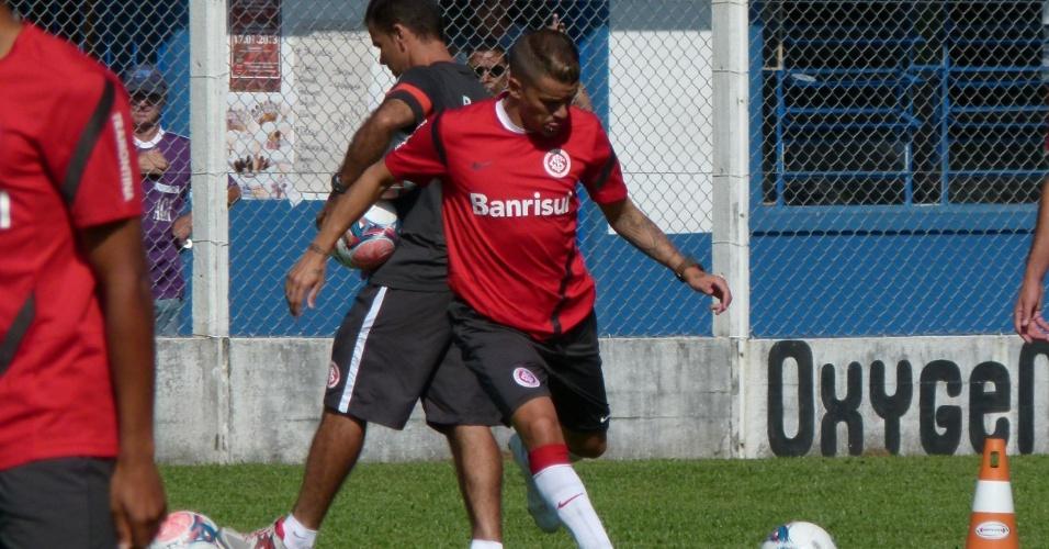 Meia D'Alessandro prepara o chute durante treinamento do Inter em Gramado (14/01/13)