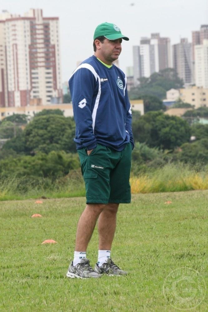 O técnico Enderson Moreira observa o treinamento do Goiás