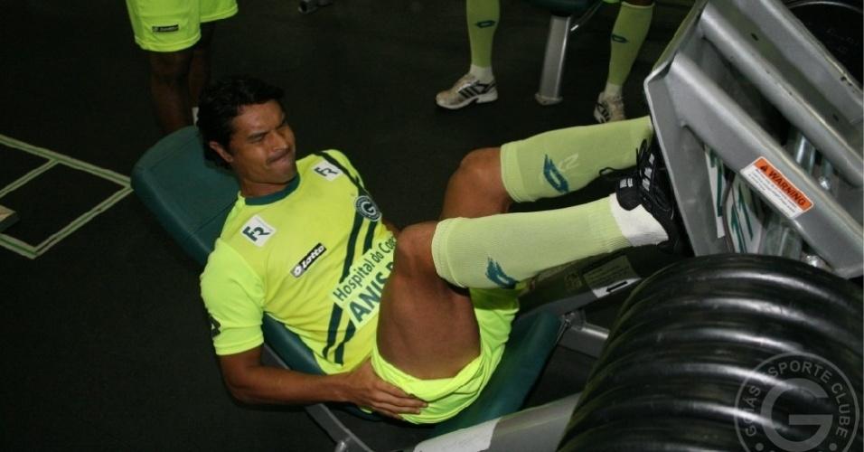 O volante Dudu Cearense faz musculação durante treinamento do Goiás
