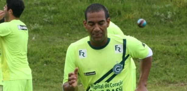 Zagueiro Rodrigo participa de um treino físico no CT do Goiás