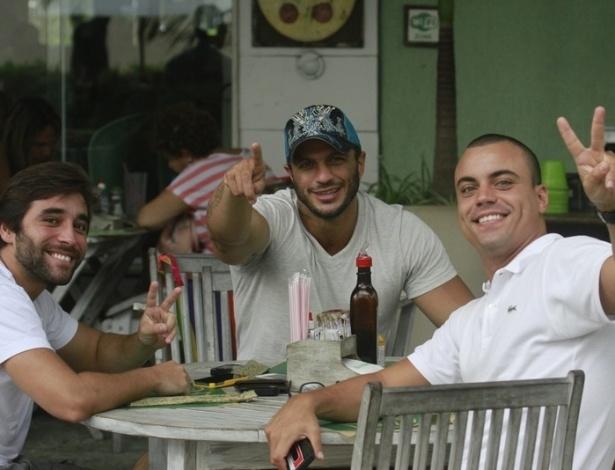 15.jan.2013 - Acompanhado de dois amigos, o ex-BBB Kleber Bambam esteve em um restaurante na Barra da Tijuca, zona oeste do Rio