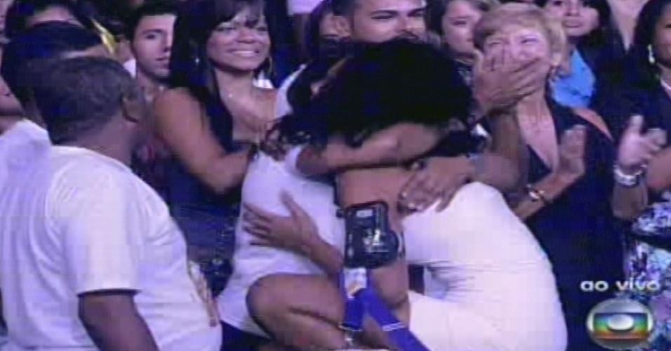 """15.jan.2013 - Aline, primeira eliminada do """"BBB13"""", dá um abraço em sua mãe logo depois de deixar o programa"""