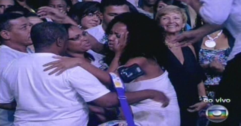 """15.jan.2013 - Aline, primeira eliminada do """"BBB13"""", fala com a família após deixar a casa do programa"""
