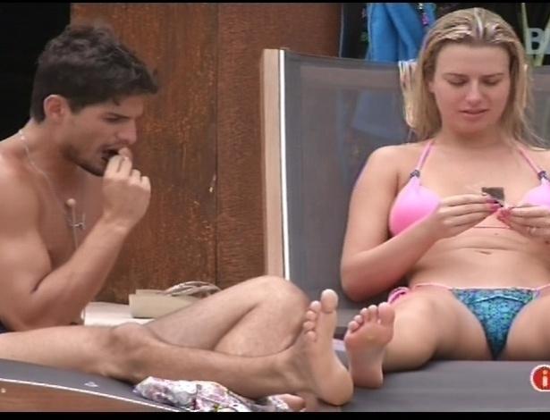 """15.jan.2013 - André e Fernanda comem na parte de fora da casa. Eles formaram o primeiro casal do """"BBB13"""""""