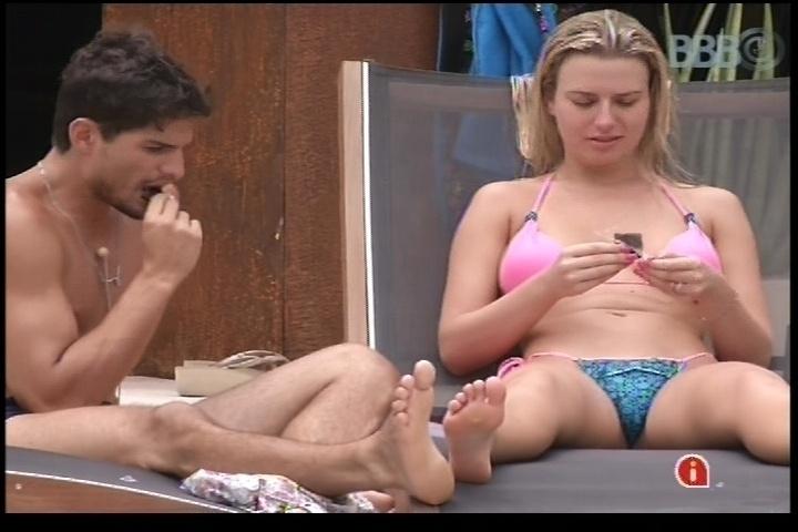 15.jan.2013 - André e Fernanda comem na parte de fora da casa. Eles formaram o primeiro casal do