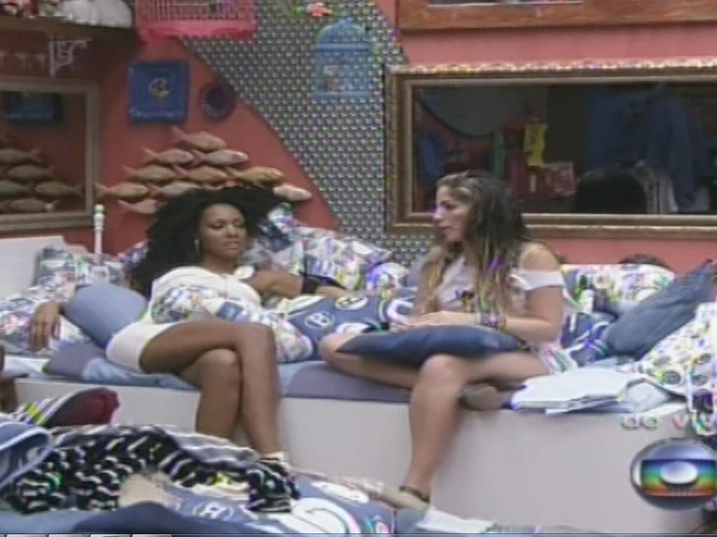 15.jan.2013 - Antes do contato do apresentador Pedro Bial, Aline conversa com Anamara no quarto