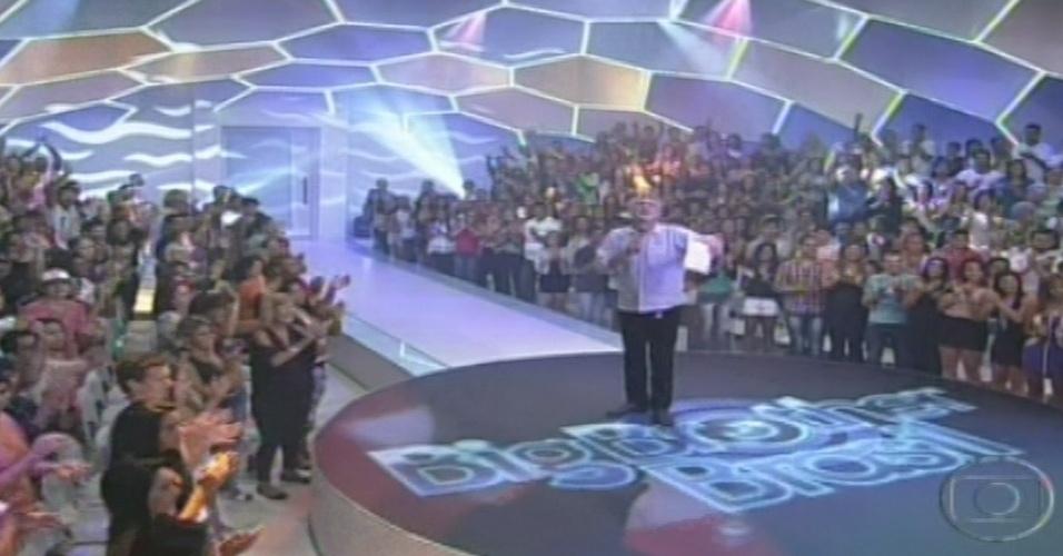 15.jan.2013 - Ao lado das famílias de Aline e Ivan, Pedro Bial dá início ao programa da primeira eliminação