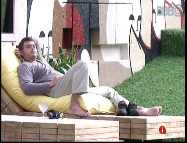 15.jan.2013 - Depois de meditar, Dhomini permanece do lado de fora da casa do