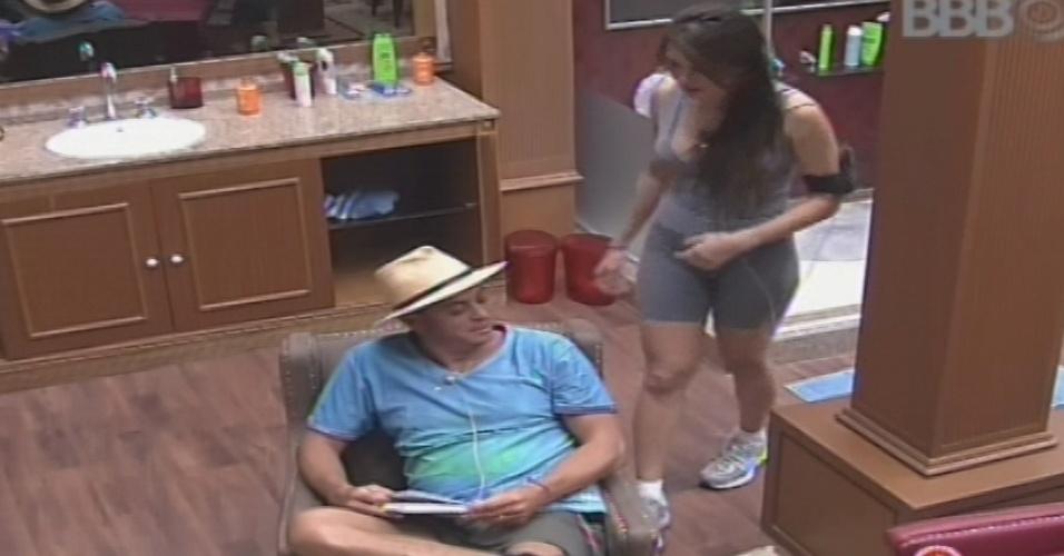 15.jan.2013 - Dhomini e Kamilla conversam no quarto Biblioteca