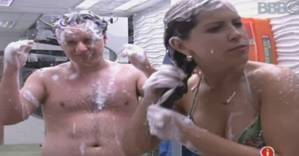 15.jan.2013 - Ivan e Andressa tomam banho após massagem