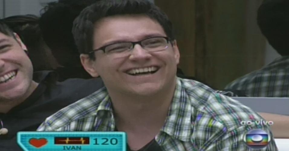 15.jan.2013 - Ivan se emociona ao ver sua família na primeira eliminação do