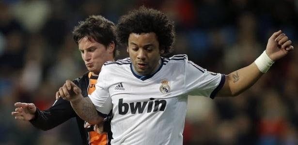 Marcelo tenta escapar da marcação de Piatti, do Valencia, em partida da Copa do Rei - AP Photo/Daniel Ochoa de Olza