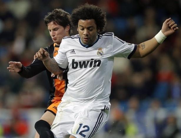 15.jan.2013 - Lateral esquerdo Marcelo tenta jogada pelo Real Madrid enquanto é marcado por Piatti, do Valencia, em partida da Copa do Rei
