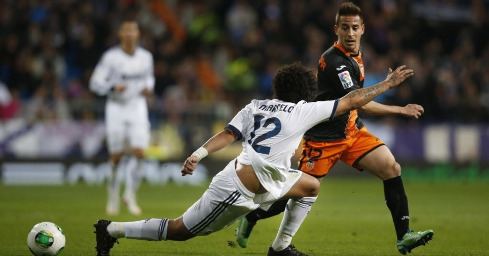 15.jan.2013 - Lateral Marcelo (de costas), do Real Madrid, tenta roubar bola de João Silva, do Valencia, durante partida da Copa do Rei
