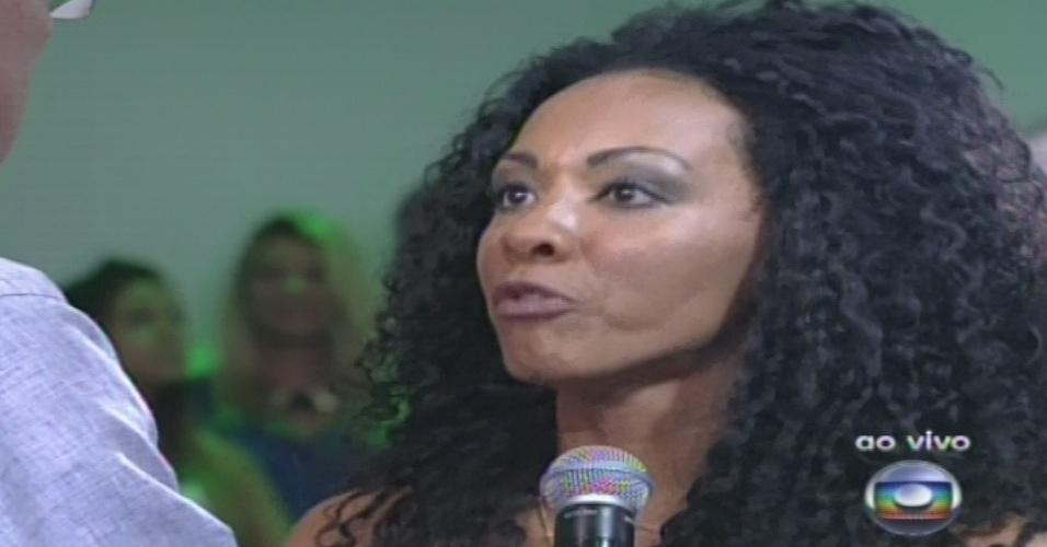 15.jan.2013 - Pedro Bial, entrevista Aline, a primeira eliminada do