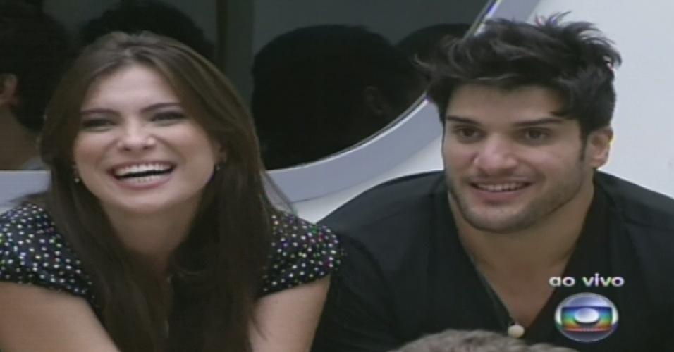 15.jan.2013 - Pedro Bial fala com Kamilla e Marcello, que vieram da casa de vidro e chegaram ao programa nesta segunda-feira (14)