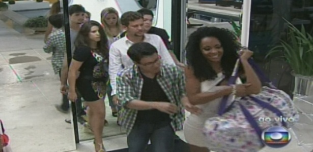 """Primeira eliminada do """"BBB13"""", com 77% dos votos, Aline deixa a casa acompanhada dos outros participantes"""