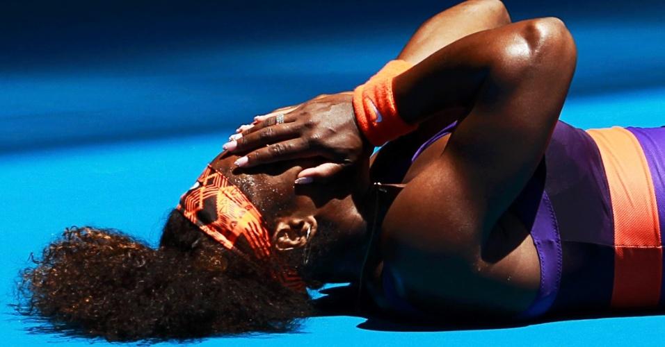 15.jan.2013 - Serena Williams cai em quadra ao sofrer uma entorse no tornozelo; após receber atendimento médico, a norte-americana venceu a romena Edina Gallovits-Hall por duplo 6-0
