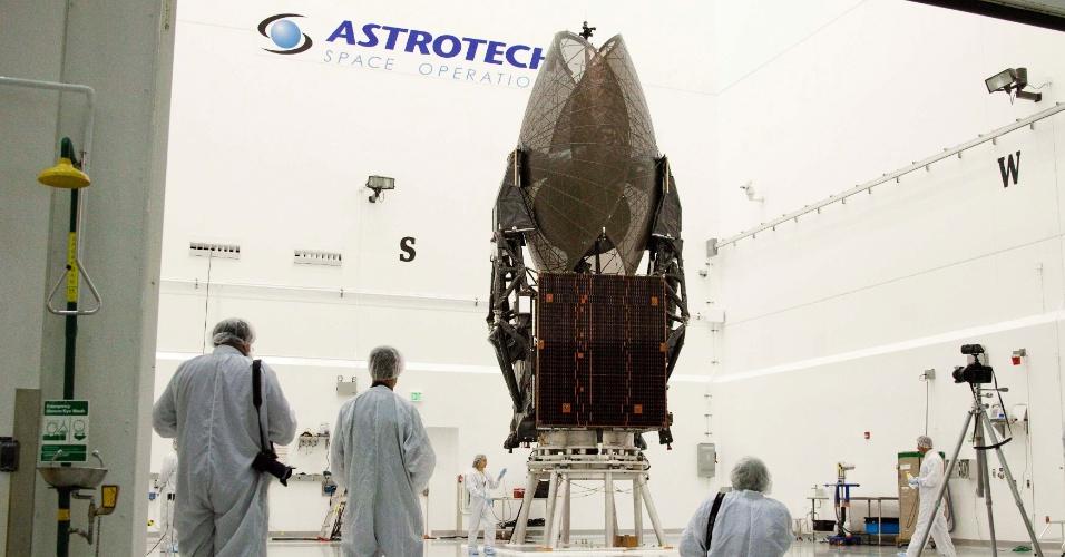 15.jan.2013 - Técnicos da Boeing checam o satélite TDRS-K na base da Astro Tech, na Flórida, nos Estados Unidos. O equipamento é o primeiro de uma série de satélites de última geração desenvolvidos para operar continuamente no rastreamento de dados para a Nasa (Agência Espacial Norte-Americana). O foguete Atlas está previsto para lançar o satélite no próximo dia 29 de janeiro