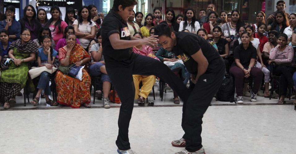 15.jan.2013- Mulheres observam uma aula demonstrativa de autodefesa em um centro comercial em Mumbai, na Índia. Após a morte de uma estudante de 23 anos, vítima de estupro coletivo em Nova Déli, em dezembro de 2012, muitos colégios estão oferecendo aulas de lutas marciais para as estudantes, para que elas possam se proteger no caso de ataques