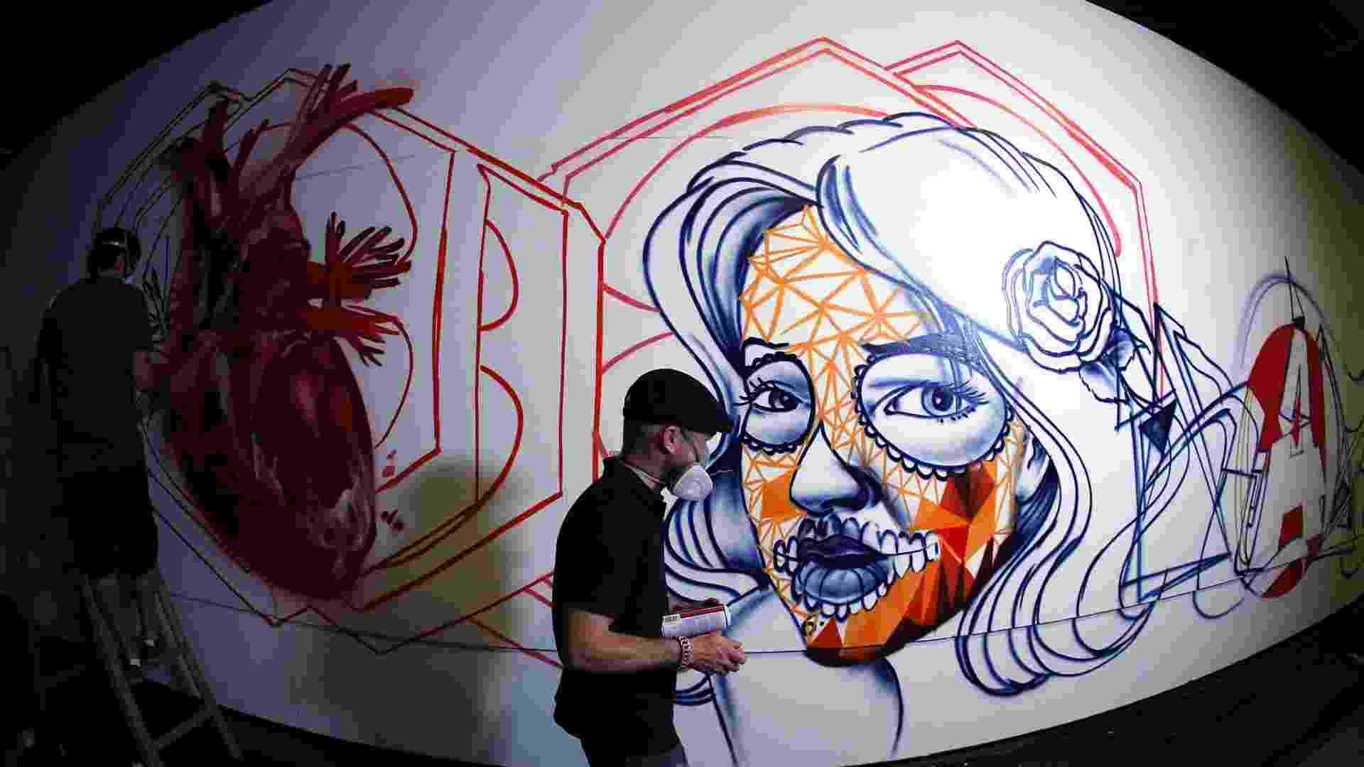 15.jan.2013 A segunda edição da Bienal Graffiti Fine Arte é realizada entre os dias 22 de janeiro e 17 de fevereiro no Mube, em São Paulo. Uma semana antes da abertura, os cinquenta e um artistas escalados montam suas obras dentro e fora do museu. A exposição tem entrada gratuita - Flávio Florido/UOL