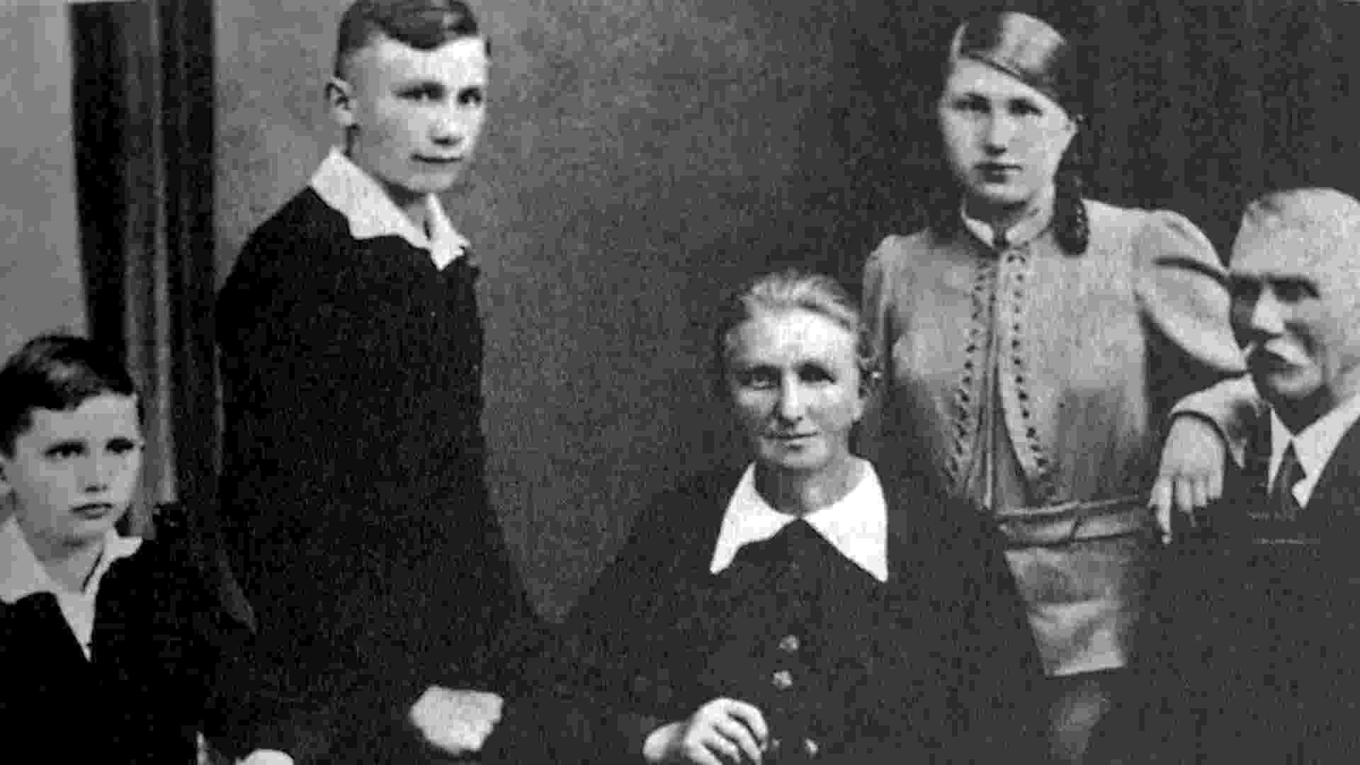 1938 - O garoto Joseph (à esq.), o irmão, Georg, a mãe, Maria, a irmã, também Maria, e o pai, Josef, em foto familiar - KNA/Reuters