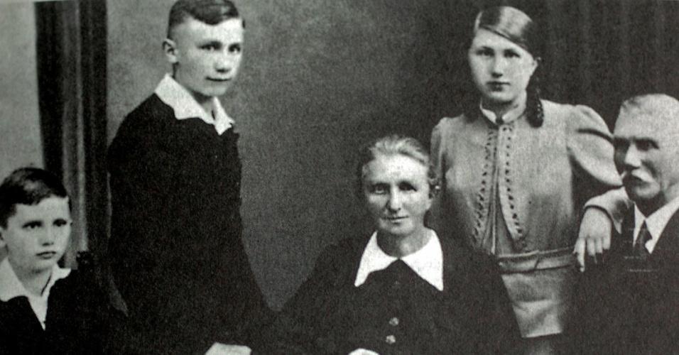 1938 - O garoto Joseph (à esq.), o irmão, Georg, a mãe, Maria, a irmã, também Maria, e o pai, Josef, em foto familiar
