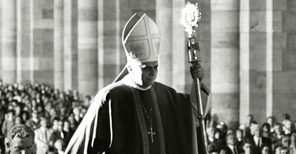 1990 - O cardeal alemão Joseph Ratinzger celebra missa para homenagear o aniversário da cidade de Speyer