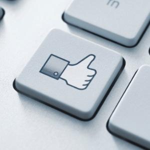 """""""""""Curtidas"""""""" no Facebook de amigos próximos aumentam autoestima de usuários; no entanto, estão associadas a pessoas com baixo autocontrole - Think Stock"""