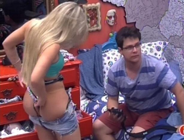 15.jan.2013 - Fernanda comete descuido e deixa bumbum à mostra no