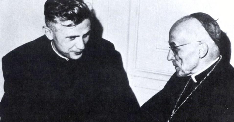 Foto de arquivo feita entre 1962 e 1965 em que Joseph Ratzinger (à esq.), então professor de teologia, recebe conselhos do então cardeal de Colônia, Joseph Frings, no Vaticano