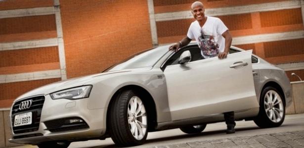 Marcos Assunção recebe carro da Audi