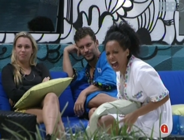Marien, Aslan e Aline conversam na área externa da casa