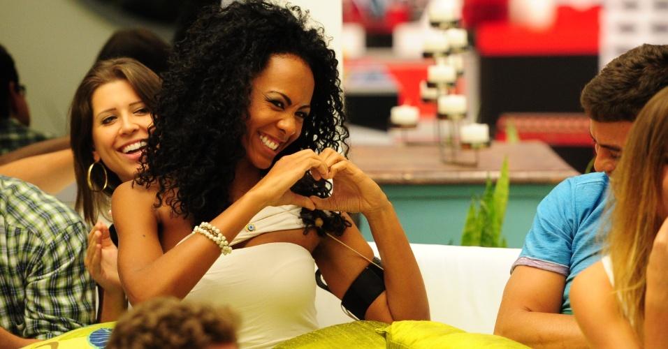 """15.jan.2013 - Aline faz graça, fingindo ser calminha, em conversa com Bial antes da eliminação no primeiro paredão do """"BBB13"""""""