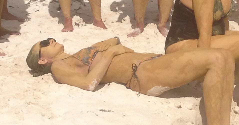 15.jan.2013 - Demi Moore toma um banho de lama e participa de sessão de meditação na praia em um spa em Tulum, México