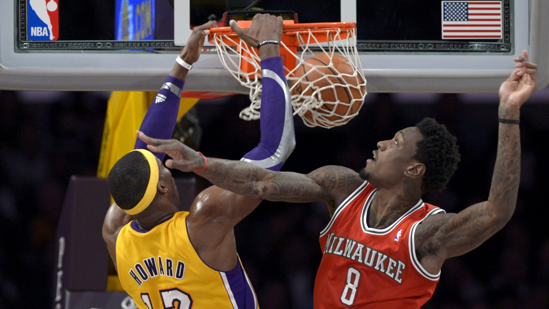15.jan.2013 - Dwight Howard converte enterrada na vitória do Los Angeles Lakers sobre o Milwaukee Bucks